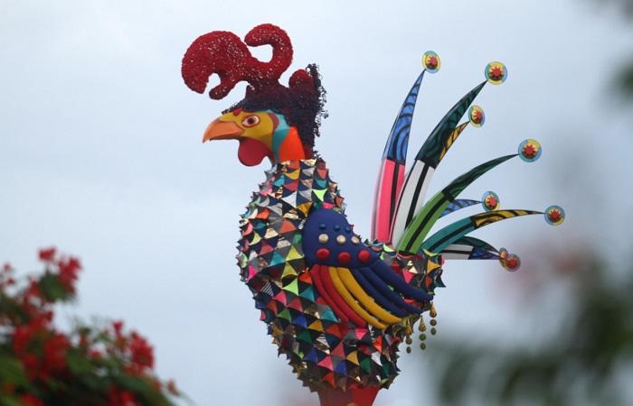A escultura do Galo no ano passado também foi confeccionada por Leopoldo Nóbrega. (Foto: Bruna Costa/Esp.DP)
