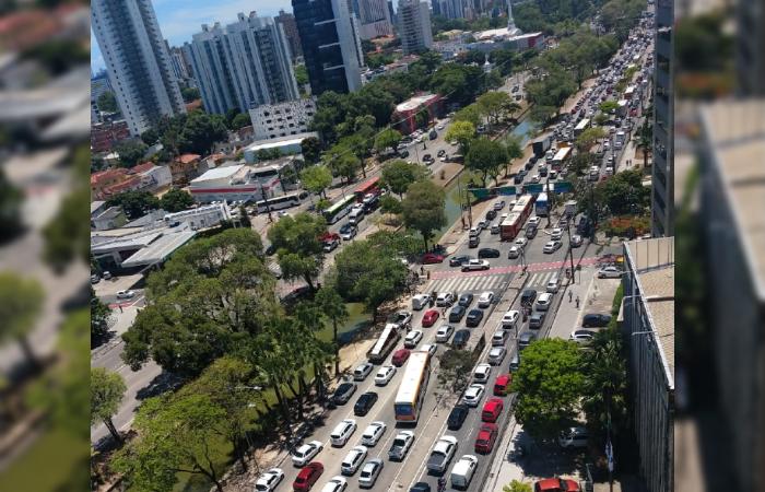 Retenção está próxima do viaduto da Agamenon Magalhães sob a João de Barros. (Foto: Cortesia/WhatsApp.)