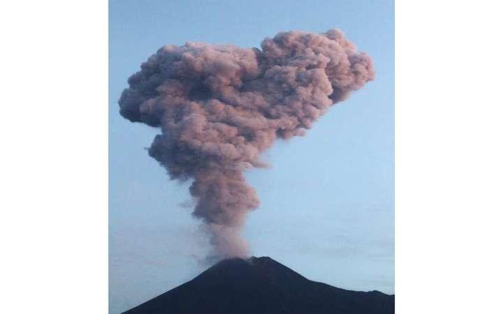 O Monte Merapi, na Indonésia, um dos vulcões mais ativos do mundo, irrompeu quando lava vermelha e derretida fluiu da cratera e arrotou nuvens de cinza (Foto: RANTO KRESEK / AFP)