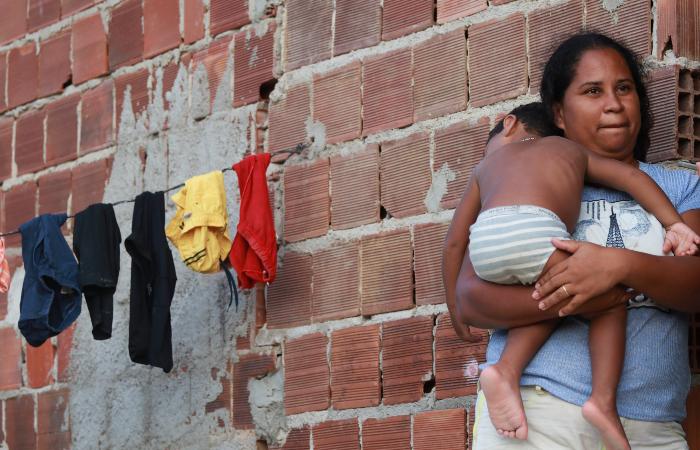 Moradora da Muribeca, Gilvânia Brasiliano já teve que recusar trabalho por não ter onde deixar o filho, Vlademir. (Foto: Bruna Costa/Esp. DP.)