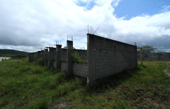 Além de abandonada, Nova Escola Pirituba, em Vitória de Santo Antão, virou estábulo. (Foto: Peu Ricardo/DP. )