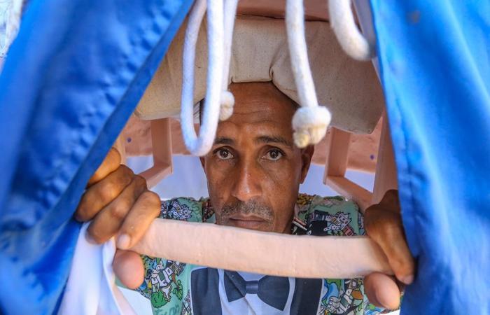 """""""Eu só vou parar de carregar o boneco quando eu morrer"""", afirma.  (Foto: Leandro de Santana/Esp.DP)"""