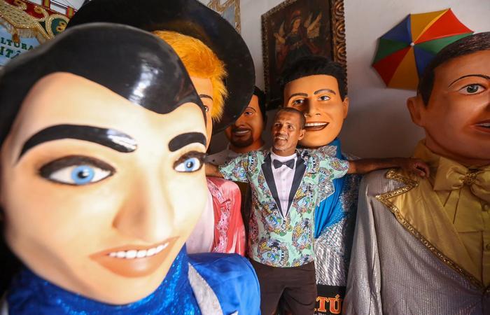 Carlos da Burra, na casa do Pai dos Bonecos Gigantes, Sílvio Botelho.  (Foto: Leandro de Santana/Esp.DP)