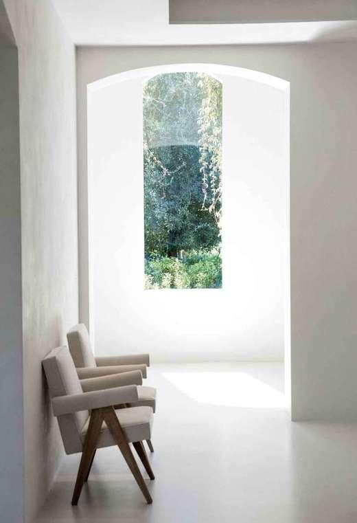 A sala com janela: em projetos mais minimalistas, elementos naturais são muito utilizados