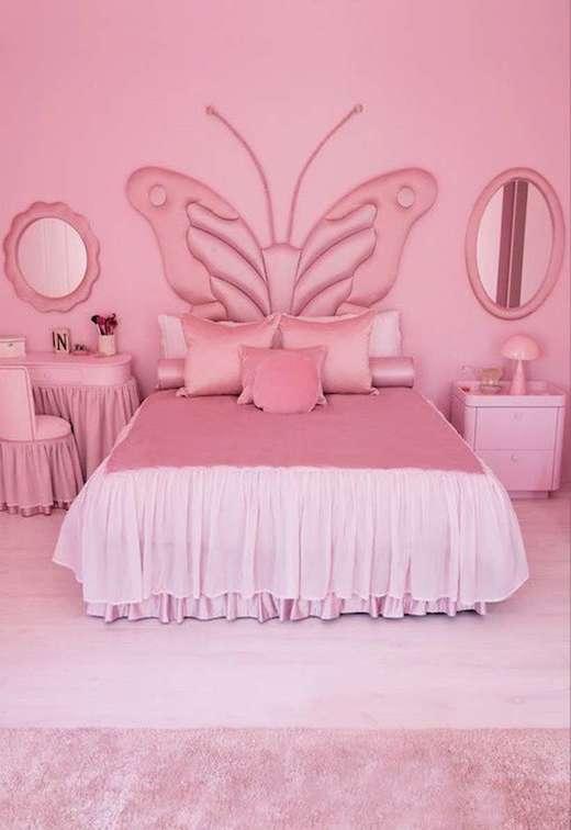 O quarto rosa: diferente do restante dos cômodos, o quarto da filha do casal, North West, é completamente rosa. Referência revisita estilo marcante do início dos anos 2000