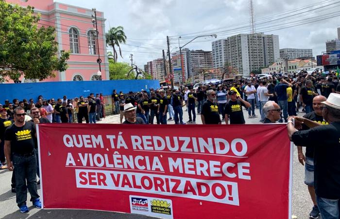 Cerca de mil policiais civis do estado participaram de ato nesta terça. (Foto: Thays Martins/Esp. DP )