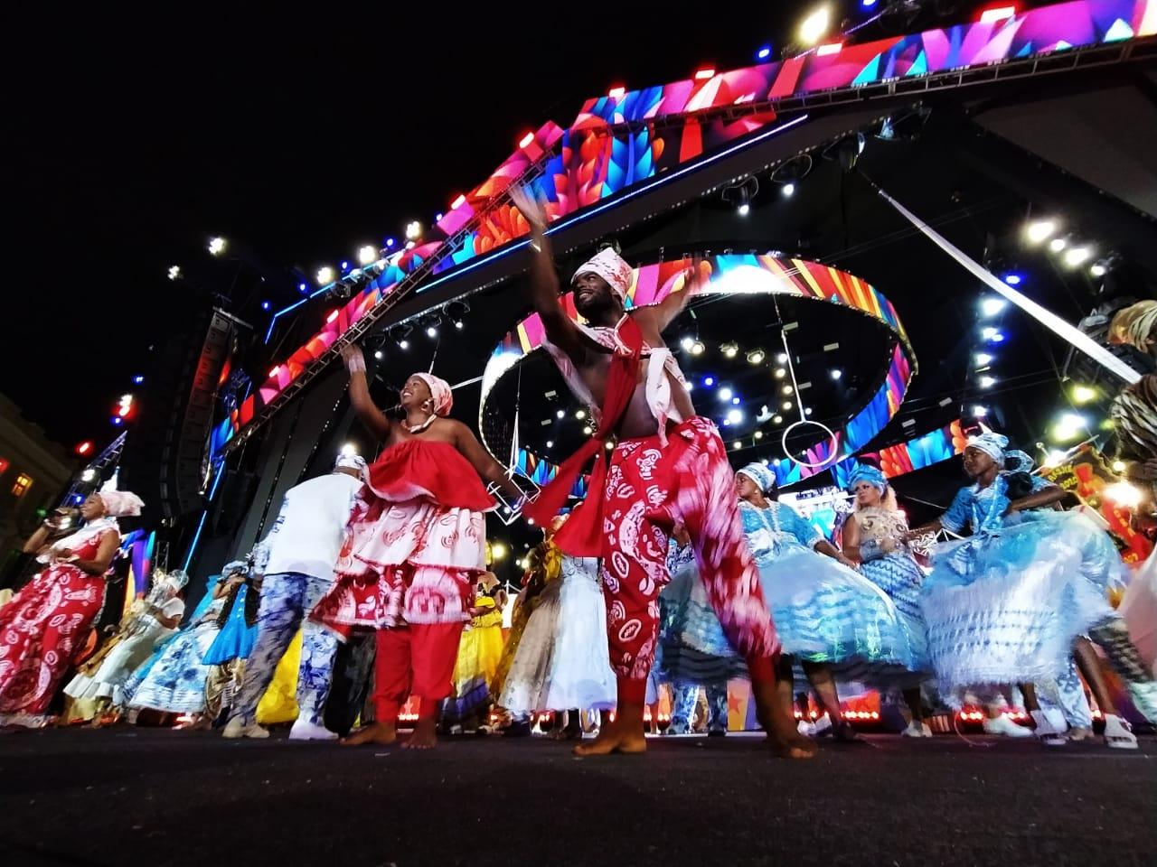 Ao todo, 24 afoxés, 400 batuqueiros e 13 nações de maracatu passarão pelas ruas do Recife Antigo entoando cantos para Orixás e pedindo paz para os foliões (Foto: Paulo Paiva/DP )