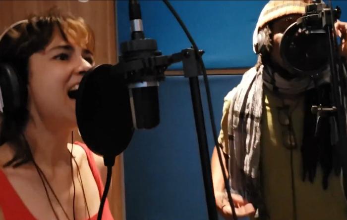 Flaira Ferro e Afonjah no Estúdio Mundo Novo, em Olinda. (Foto: YouTube/Reprodução)
