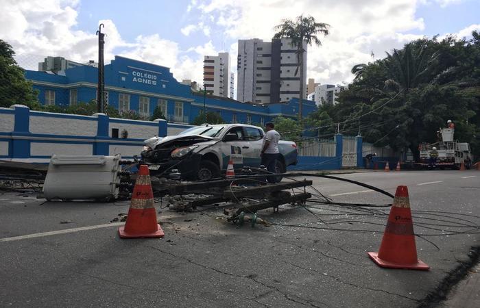 Caminhonete bate em poste, derruba energia e fecha Avenida Rui Barbosa na manhã desta quinta-feira (27). (Foto: Diogo Cavalcante/DP)