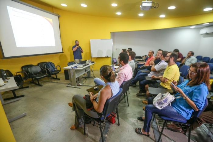 O professor universitário apresentou a tese no CIn com intérprete. (Foto: Leandro de Santana/DP.)