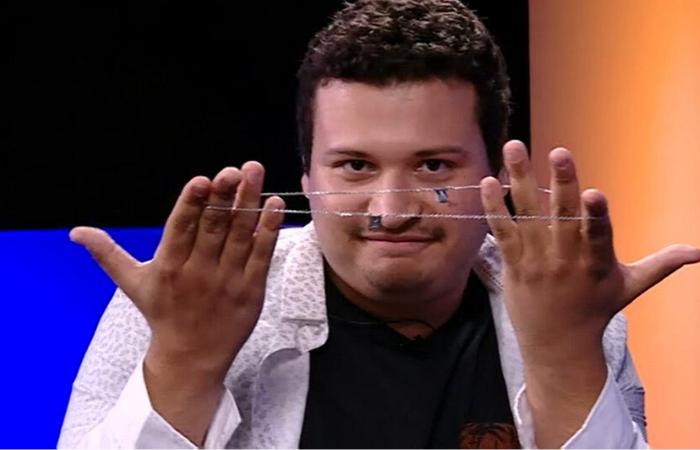 O psicólogo saiu com o escapulário deixado por Guilherme para Gabi.  (Foto: Reprodução/TV)