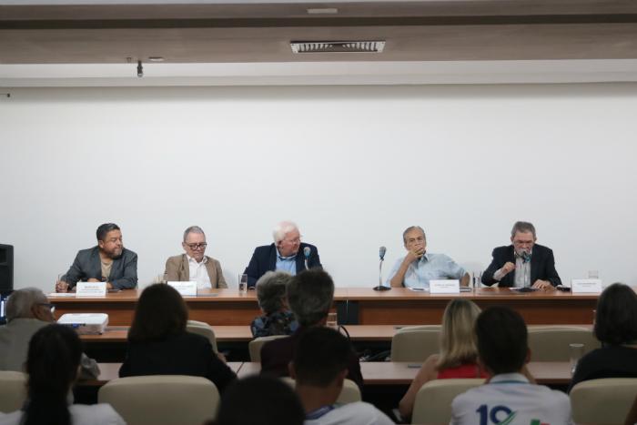 Convidados da mesa redonda na Sala Calouste Gulbenkian. (Foto: Tarciso Augusto/Esp. DP Foto)