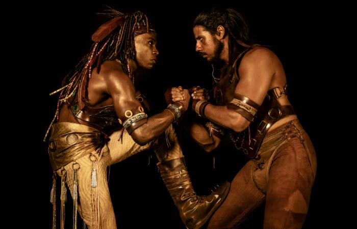 Leandro Villa e Daniel Farias, protagonistas da peça. (Foto: Flora Negri/Divulgação)