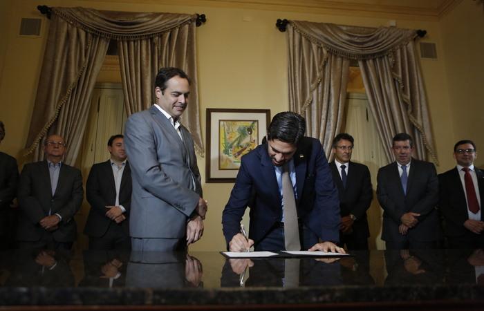 Protocolo de intenção foi assinado ontem no Palácio do Campo das Princesas. (Foto: Heudes Regis/Divulgação)