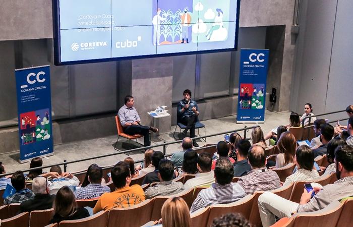 O anúncio foi feito por Douglas Ribeiro, diretor de marketing da Corteva, e Pedro Prates, co-head do Cubo Itaú, na sede do Cubo,  em SP. (Foto: Hara/Corteva)