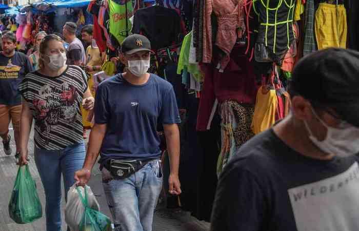 A pandemia de coronavírus fez crescer o consumo por produtos como máscaras e alcóol gel (Foto: Nelson Almeida/AFP)