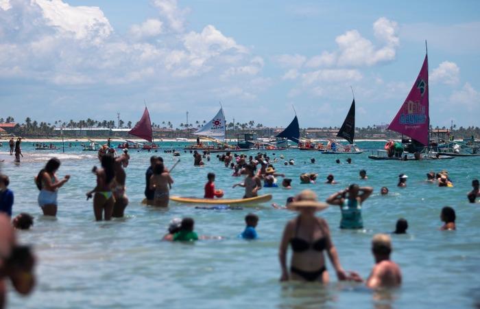 (Na manhã desta quinta-feira, muitos banhistas eram vistos no mar. Foto: Tarciso Augusto/esp. DP)