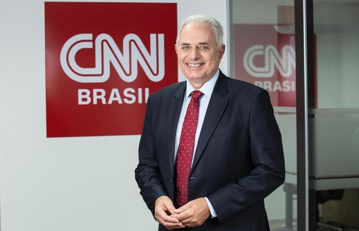 A medida foi tomada para proteger o âncora do telejornal, que faz parte do grupo de risco, da pandemia do novo coronavírus (Foto: CNN/Divulgação)