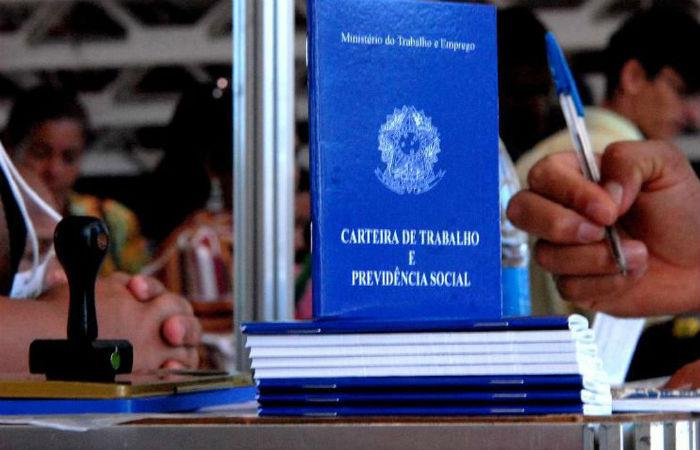 Empresas poderão cortar até pela metade os salários de trabalhadores sob CLT  (Foto: Marcello Casal Jr. / Arquivo / Agência Brasil)