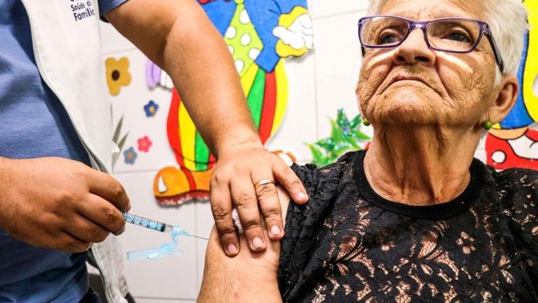 Para evitar aglomeração nas unidades de saúde e minimizar os riscos de infecção pelo novo coronavírus, a Prefeitura do Recife fará a vacinação em mais de 40 escolas e creches  (Foto: Cortesia)