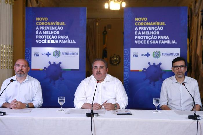 O secretário de Saúde do Recife, Jailson Correia; o secretário estadual de Saúde, André Longo, e o infectologista Demetrius Montenegro participaram de coletiva nesta terça. (Foto: Hélia Scheppa/SEI/Divulgação)
