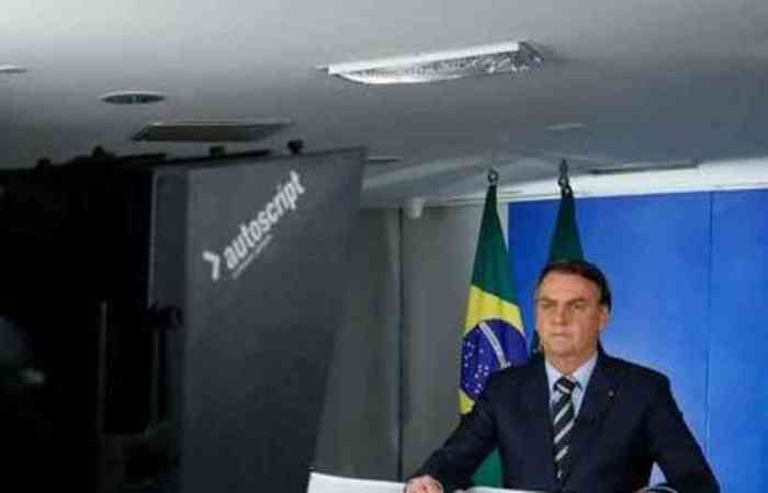 O presidente, em entrevista à imprensa, na manhã desta quarta-feira, disse que a economia pode colapsar, arrastando a democracia junto. (Foto: Isac Nóbrega/PR)