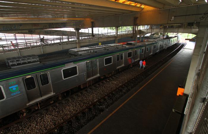 A CBTU Recife pede que só utilizem o transporte aquelas pessoas que realmente precisam chegar aos seus trabalhos. (Foto: Peu Ricardo/DP)