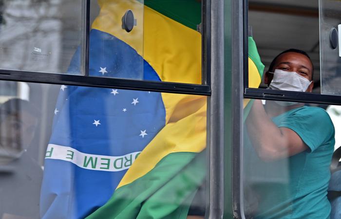 A regra não será aplicada no caso de brasileiros que retornem ao país, imigrantes que moram no Brasil, parentes diretos de brasileiros e estrangeiros que são membros de órgãos internacionais (Foto: CRIS BOURONCLE/AFP)