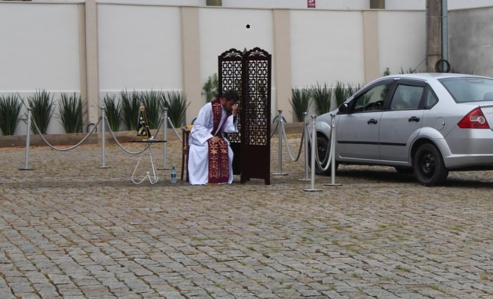Pároco adaptou um espaço no pátio da igreja para o acesso de carros (Foto: Diocese de Joinville/ Divulgação)