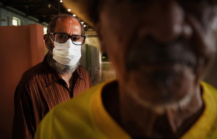 Marcel já não tem liberdade nem mesmo para ir ao banco sozinho e tem medo de pegar a doença. (Foto: Peu Ricardo/DP)