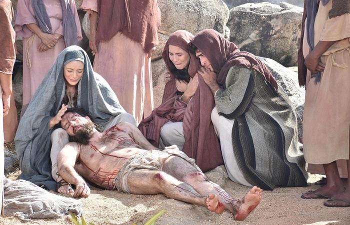 Na foto, os famosos Caco Ciocler (Jesus), Christine Fernandes (Maria) e Juliana Knust (Madalena).  (Foto: Felipe Souto Maior/Divulgação)