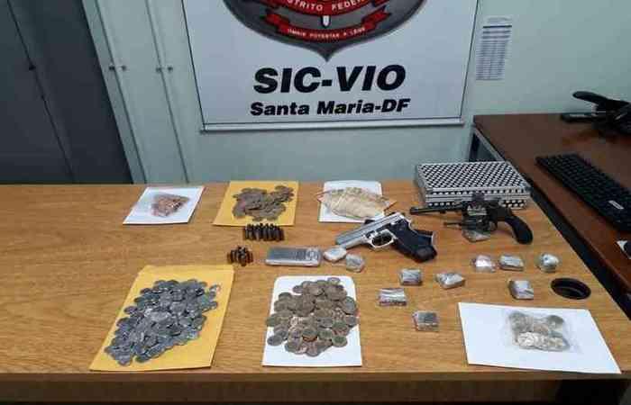 Na casa, a polícia encontrou duas armas e porções de droga (Foto: PCDF/Divulgação)
