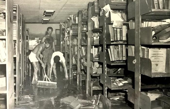 A biblioteca depois da cheia de 1975. (Foto: Fundaj/Divulgação)