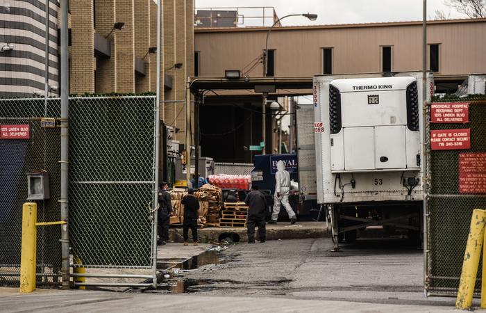 Em abril, caminhões frigoríficos chegaram a ser usados %u200B%u200Bcomo necrotérios temporários atrás do Brookdale Hospital Medical Center, em Nova York (Foto: Stephanie Keith/Getty Images North America/Getty Images via AFP)