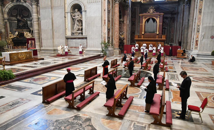 Missas a portas fechadas no Vaticano seguem as regras de distanciamento social. Foto: Alessandro Di Meo / POOL / AFP
