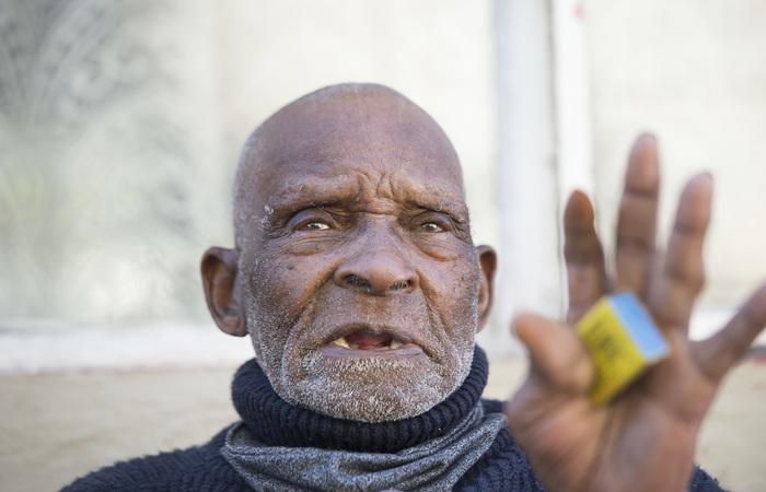O centenário da África do Sul não está enfrentando sua primeira pandemia. Ele ainda se lembra da gripe espanhola que deixou 50 milhões de mortos, inclusive sua irmã (Foto: Rodger Bosch/AFP)