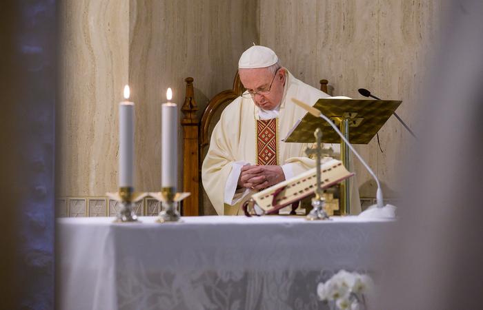 Segundo o texto da arquidiocese, o pontífice também quis saber como estão os pobres e expressou sua preocupação pela situação deles (Foto: Handout/Vatican Media/AFP)