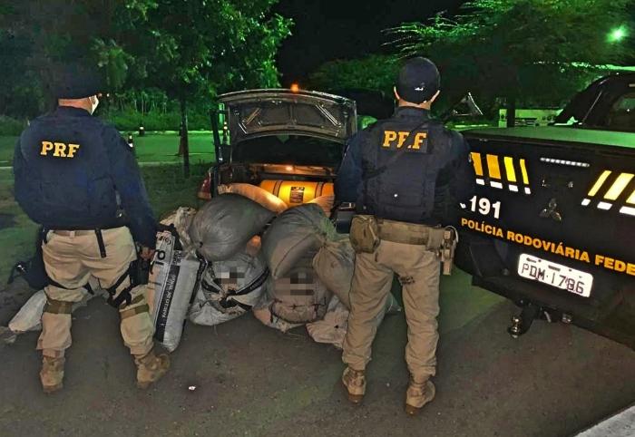 Motorista de aplicativo havia sido contratado para dar cobertura ao transporte da droga. (Foto: Reprodução/PRF.)