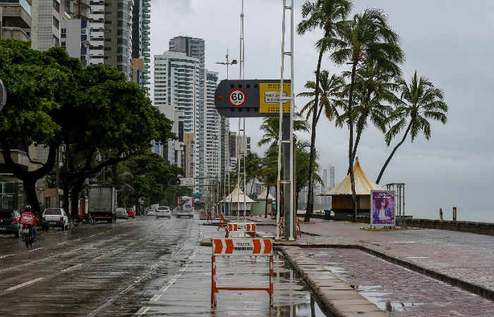 Praia de Boa Viagem praticamente vazia nesta segunda-feira (25) (Foto: Leandro de Santana/Esp. DP.)