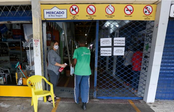 Mercado de Boa Viagem: entrada só com máscara e após a aplicação de álcool nas mãos. (Foto: Leandro de Santana/Esp. DP.)