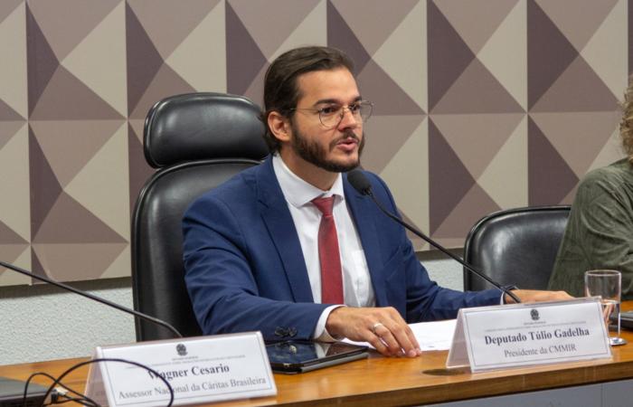 (Túlio Gadelha protocolou o projeto na Câmara nesta terça-feira. Foto: Kauê Pinto/Divulgação)