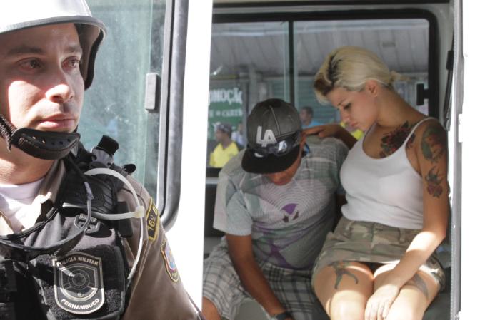 Sarah Winter detida após protesto no Recife, em 2013 (Foto: Bruna Monteiro DP/D.A Press)