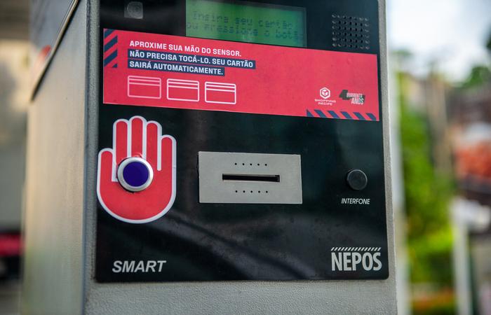 No Shopping Recife, os cartões de estacionamento serão emitidos após o cliente aproximar a mão do sensor. (Foto: Shopping Recife/Divulgação)