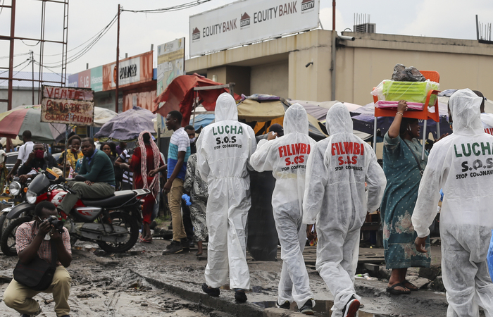 (Ativistas andam pelas ruas durante uma campanha de conscientização sobre o coronavírus Covid-19, doença que também atinge o país)