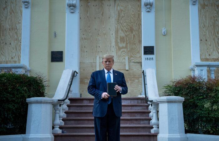 """O presidente anunciou, ainda, que iria a um lugar """"muito, muito especial"""" e foi a pé da Casa Branca até a igreja Episcopal de Saint John, um edifício histórico próximo à sede do Executivo (Foto: Brendan Smialowski/AFP)"""