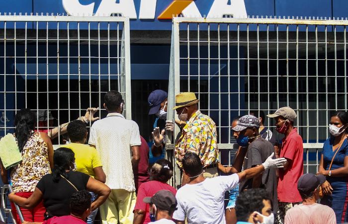 Aglomeração na Caixa da Encruzilhada, Zona Norte do Recife (Foto: Bruna Costa/Esp. DP )