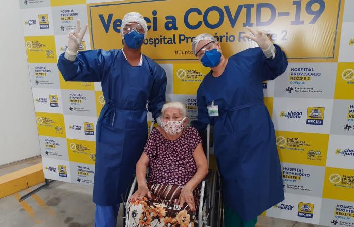 Dona Amara recebeu alta do Hospital Provisório dos Coelhos nessa terça-feira (2). (Foto: Divulgação/PCR.)