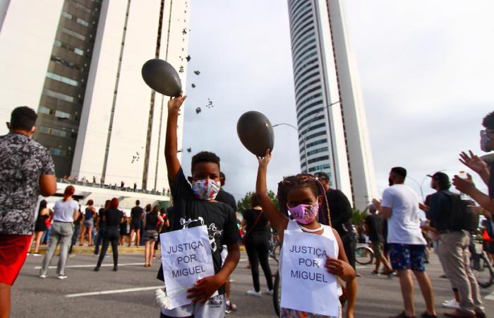 Manifestação foi realizada na frente do prédio onde o menino morreu. (Foto: Bruna Costa/Esp. DP.)