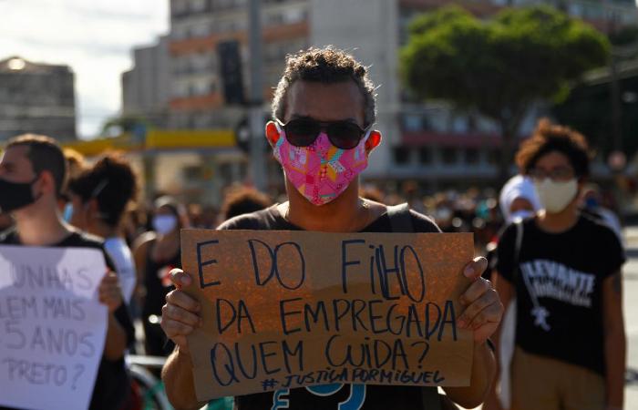 Com máscaras ou protetores faciais, manifestantes gritavam palavras de ordem e seguravam cartazes. (Foto: Bruna Costa/Esp. DP.)