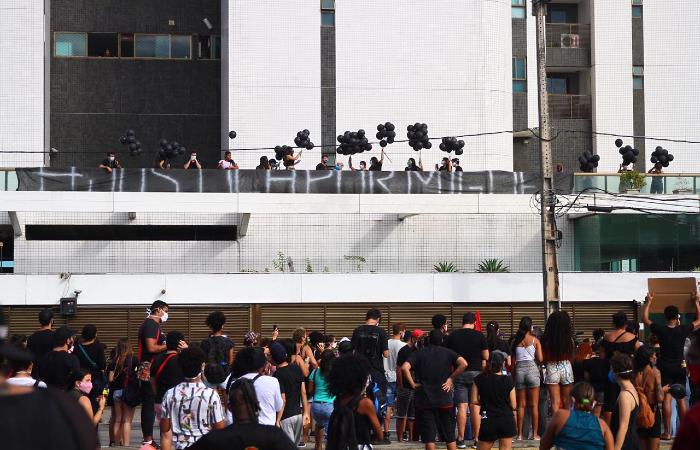 Moradores do Píer Maurício de Nassau também se juntaram ao protesto. (Foto: Bruna Costa/Esp. DP)